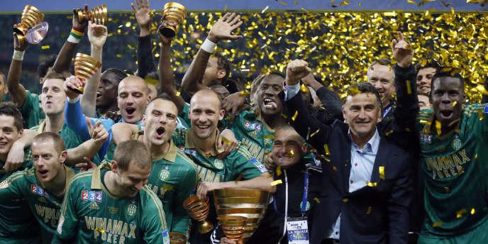 Les Stéphanois entourés de leur entraîneur Christophe Galtier, après leur victoire en finale de la Coupe de la Ligue, samedi au Stade de France.