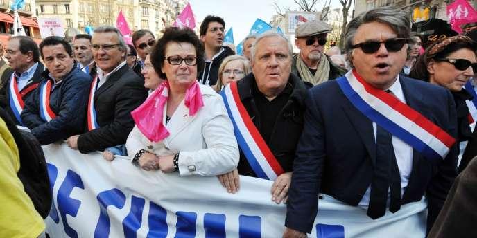 Christine Boutin, présidente du Parti chrétien-démocrate (associé à l'UMP), au côté de l'apparenté FN Gilbert Collard (à droite) lors du défilé anti-mariage pour tous du 21 avril.