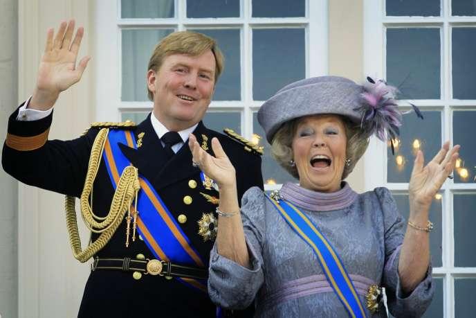 La reine Beatrix des Pays-Bas et son fils Willem Alexander, qui lui succédera officiellement le 30 avril 2013.