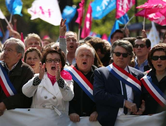 Gilbert Collard, député du Front National, manifeste aux côtés des opposants à la loi sur le mariage et l'adoption par des couples homosexuels, à Paris, le 21 avril.