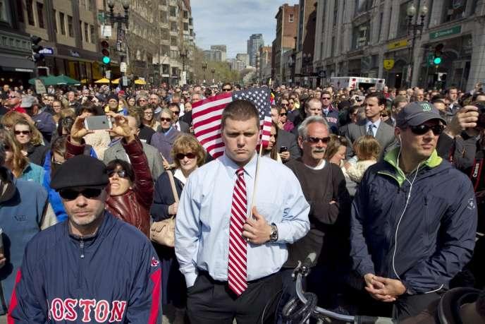 Une minute de silence a été observée à Boston, ici sur Boylston Street, près de la ligne d'arrivée où s'est produit l'attentat, le 22 avril.