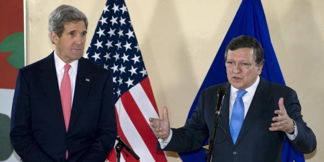 Le secrétaire d'État américain John Kerry aux côtés du président de la commission européenne Jose Manuel Barroso, le 22 avril à Bruxelles.