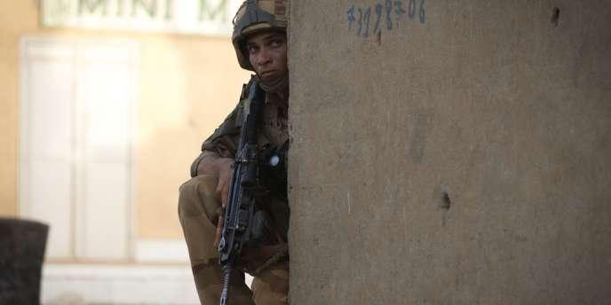 Un soldat français en position dans une rue de Gao, au nord du Mali, où la présence de djihadistes du Mujao avait été signalée le 13 avril.