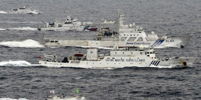 Des navires de surveillance chinois et japonais près des îles Senkaku/Diaoyu, le 23 avril.
