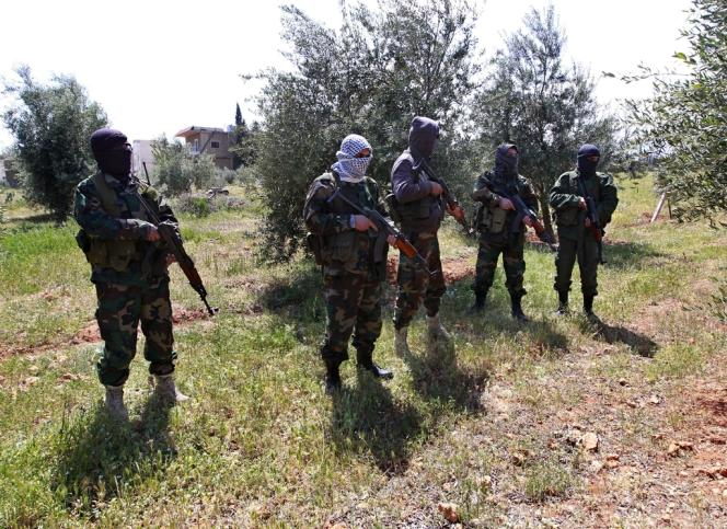 Des membres des Comités populaires libanais, soutenus par le Hezbollah et proches du régime de Damas, à la frontière libano-syrienne, le 12 avril.