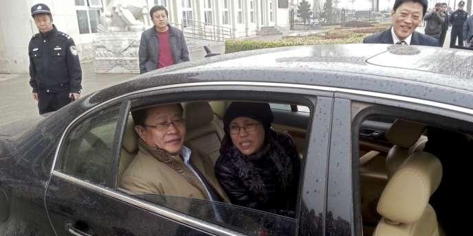 Liu Xia, la femme du prix Nobel de la paix Liu Xiaobo avec l'avocat des droits de l'homme Mo Shaoping arrivent au tribunal de Pékin, mardi 23 avril 2013. Le frère de Liu Xia est y jugé pour fraude.