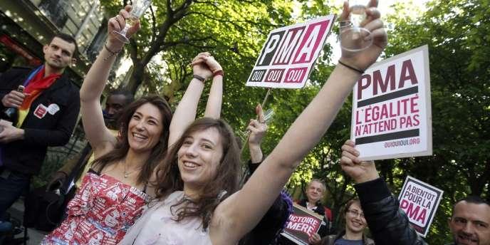 Des militants célèbrent l'adoption de la loi sur le mariage pour tous, le 23 avril.