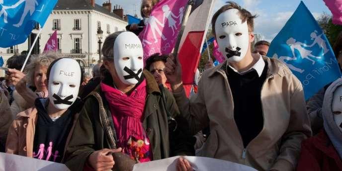 Des opposants au mariage homosexuel lors de la Manif pour tous à Tours, le 18 avril 2013.