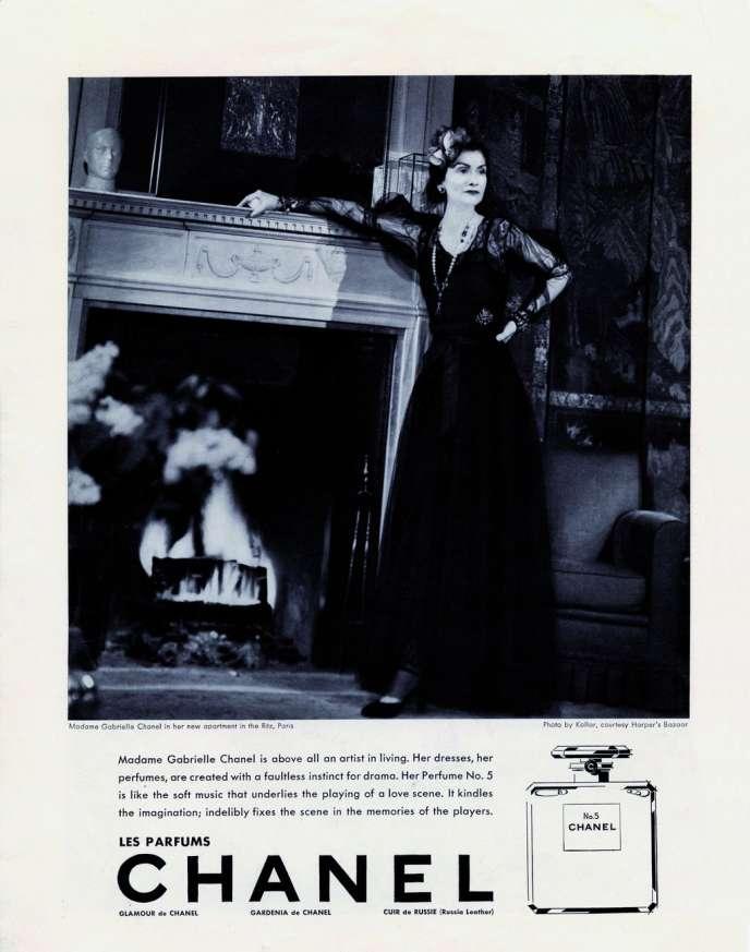 Gabrielle Chanel dans sa suite de l'hôtel Ritz à Paris. Publiée dans le