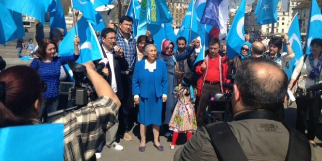 La dissidente ouïgoure Rebiya Kadeer a participé, mercredi 24 avril, à un rassemblement pour protester contre la répression chinoise au Xinjiang.