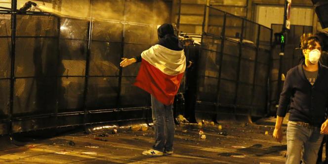 Des manifestants affrontent la police après la fin de la manifestation contre le mariage pour tous, dans la nuit du 23 avril.