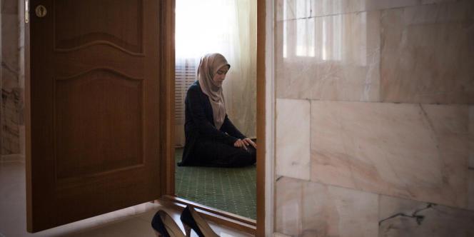 Amina Mutieva, 21 ans, étudiante à l'Université islamique de Grozny, dans la salle de prière réservée aux femmes.