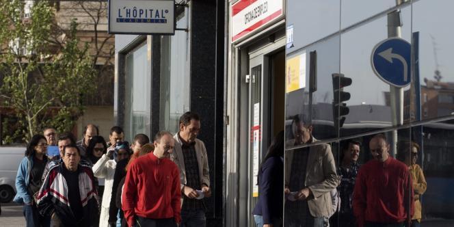 En un mois, Madrid a recensé près de 120 000 chômeurs inscrits en moins, soit 3,89 millions (– 7,7 % en un an).