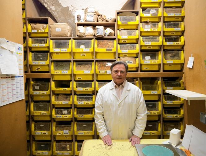 [LEGENDE]Depuis plus de quarante ans, Michel Pierre offre ses conseils, prépare<QA0> et met en sachets des plantes médicinales<QA0> à l'Herboristerie du Palais-Royal, à Paris.<QA0> Le 4 avril, il a comparu en appel, après relaxe, au tribunal de Paris<QA0> pour « exercice illégal<QA0> de la profession<QA0> de pharmacien ».[/LEGENDE] [CREDIT]PHOTOS CYRILLE WEINER <QA0> POUR «<ET>LE MONDE<ET>»