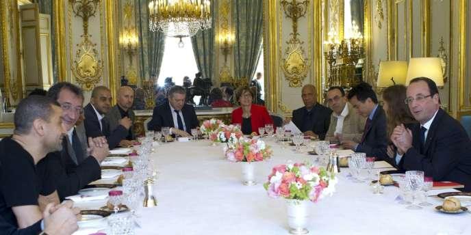Le président Hollande a convié à déjeuner à l'Elysée une douzaine de responsables d'associations représentatives des banlieues, le 24 avril.