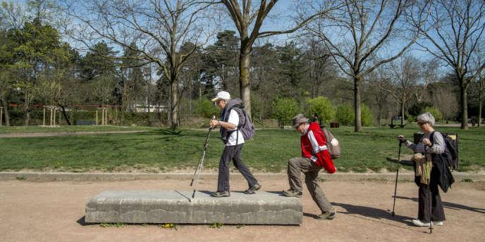 Des membres de l'association Dialogs au Parc de la tête d'or, le 17 avril, à Lyon.