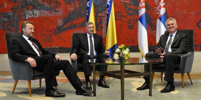 Les présidents de la Bosnie, Nebojsa Radmanovic (au centre) et de la Serbie, Tomislav Nikolic (à droite), pendant leur réunion à Belgrade le 23 avril.