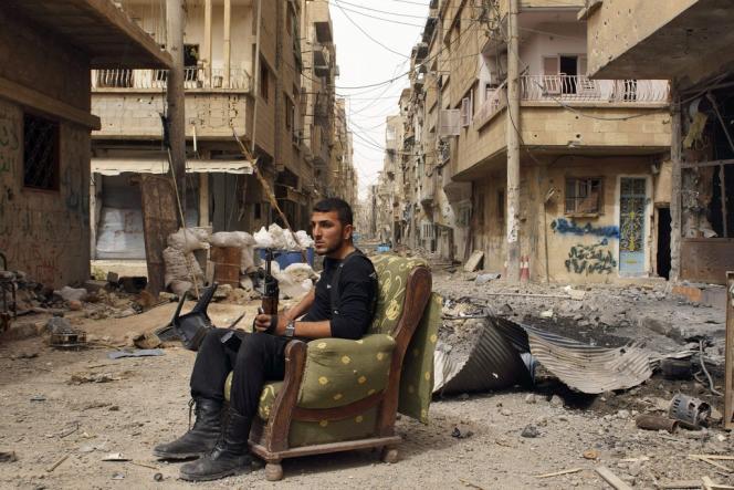 Un rebelle dans une rue de Deir-Ezzor, le 2 avril.