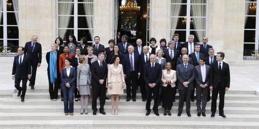 François Hollande et Jean-Marc Ayrault (à gauche) avec les ministres du gouvernement, le 17 mai 2012, à l'Elysée. Jérôme Cahuzac est au deuxième rang, le deuxième en partant de la droite.
