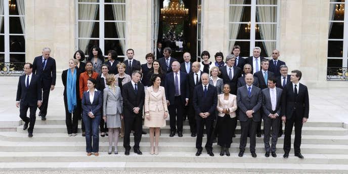François Hollande et Jean-Marc Ayrault (à gauche) avec les ministres du gouvernement, le 17 mai 2012, à l'Elysée.