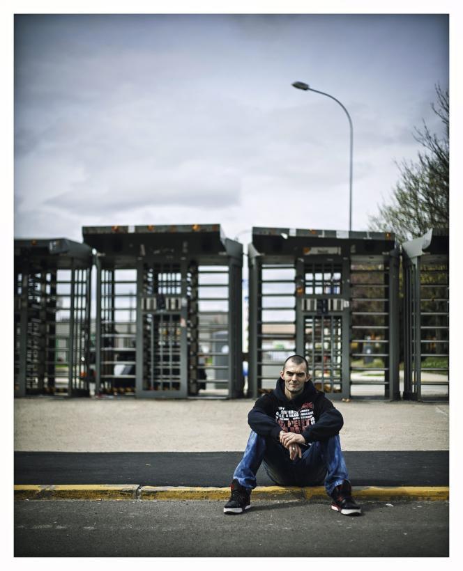 2013 Franck, alias Kash Leone, devant les portes de l'usine PSA d'Aulnay-sous-Bois,  le 16 avril 2013. Photo: Ed Alcock / M.Y.O.P.