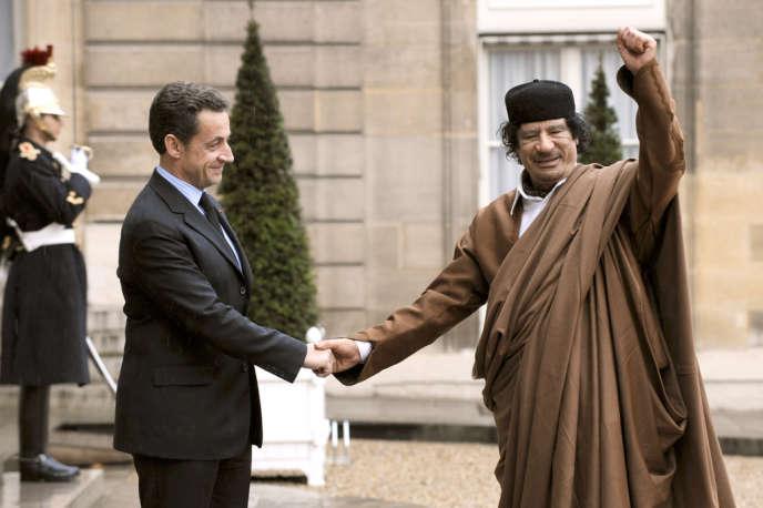 Nicolas Sarlozy et Mouammar Kadhafi, lors de la visite de l'ancien dirigeant libyen en France, en décembre 2007.