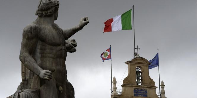 Le drapeau italien flotte au dessus du palais du Quirinal, siège de la présidence, à Rome, le 2 avril.