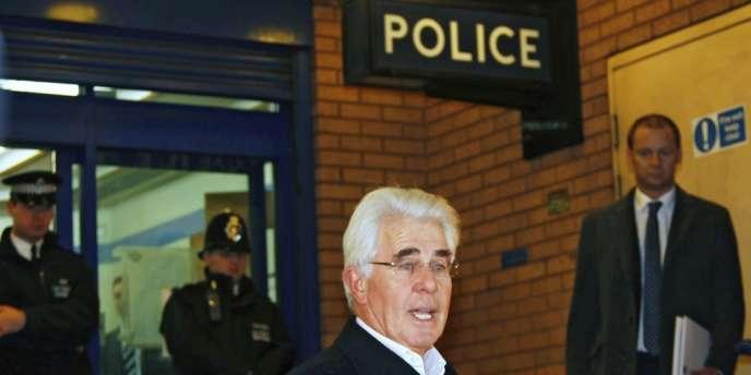Max Clifford quitte la station de police de Belgravia à Londres, en décembre 2012.