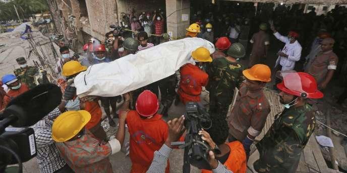 L'immeuble qui s'est effondré à Savar, dans la banlieue de Dacca, abritait cinq ateliers de confection.