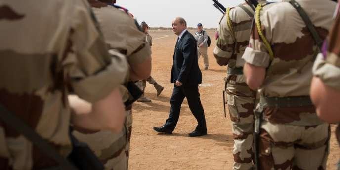 Le ministre de la défense Jean-Yves Le Drian devant des soldats au Mali, le 26 avril.