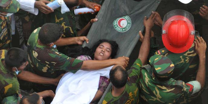 Près de 2 500 personnes sont sorties vivantes des décombres du Rana Plaza, mais l'espoir de retrouver des survivants s'amenuise.