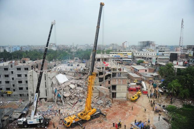 Des grues commencent à dégager le site de la catastrophe, à Savar, le 29 avril 2013.
