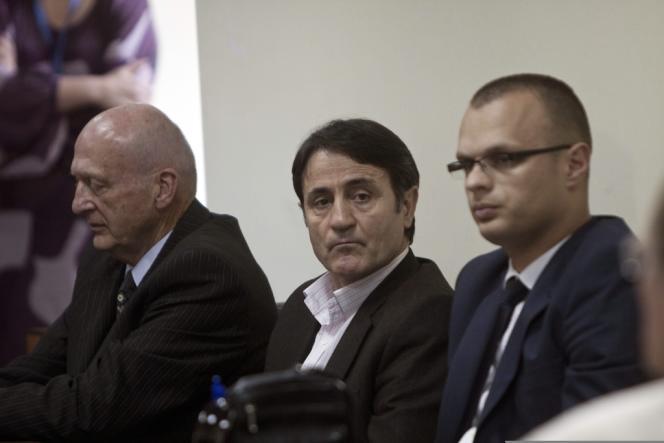Le docteur Lutfi Dervishi, entouré de ses avocats le jour du jugement du tribunal européen le 29 avril, est le principal accusé de cette affaire de trafic international d'organes.
