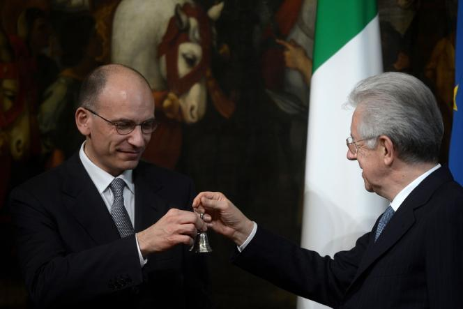 Le nouveau premier ministre italien, Enrico Letta (à gauche), et son prédécesseur Mario Monti, dimanche 28 avril au palais Chigi, à Rome.