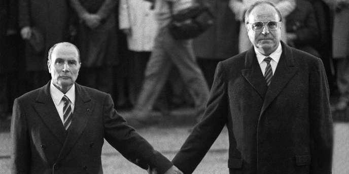 Le président François Mitterrand et le chancelier allemand Helmut Kohl se tiennent la main en écoutant les hymnes nationaux français et allemand lors d'une cérémonie de réconciliation, le 22 septembre 1984 à Douaumont, près de Verdun.