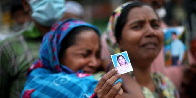 Une femme recherche une proche disparue dans l'effondrement d'un immeuble près de Dacca, le 28 avril.