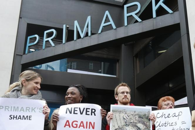 Manifestation le 27 avril, à Londres, devant le magasin Primark, qui s'est fourni dans les ateliers de textiles de l'immeuble qui s'est effondré au Bangladesh.