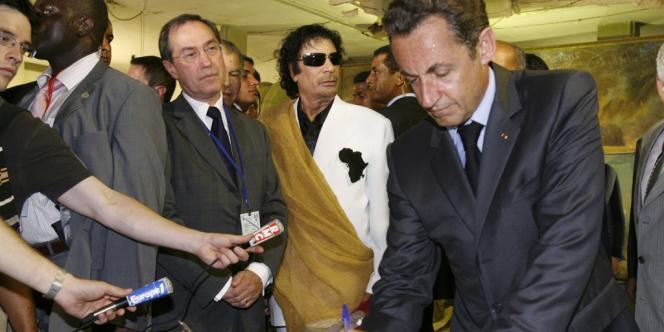 En 2007, Claude Guéant, alors secrétaire général de l'Elysée, avait accompagné l'ancien président Nicolas Sarkozy en Libye.