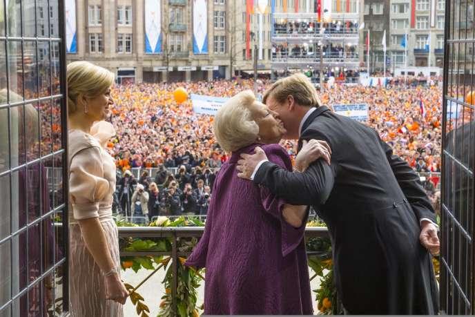 Le nouveau roi des Pays-Bas, Willem-Alexander, embrasse sa mère, la reine Beatrix à qui il a succédé, sous les yeux de son épouse et de 25 000 Néerlandais rassemblés sur la place Dam, devant le palais royal à Amsterdam, le 30 avril.