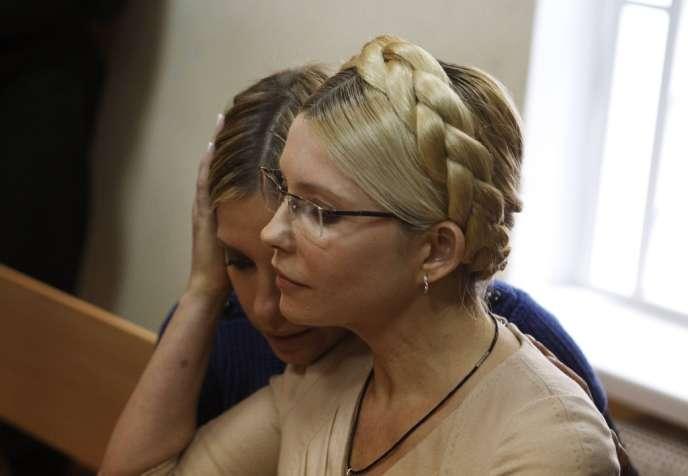 Ioulia Timochenko et sa fille Evguenia, dans un tribunal de Kiev, le 11octobre2011.