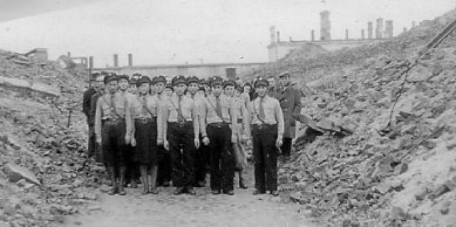 Membres des jeunesses du Bund dans les ruines du ghetto de Varsovie en1948.