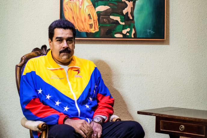 Nicolas Maduro, président du Venezuela, sous un portrait d'Hugo Chavez jouant au base-ball, à Caracas, le 1er mai 2013.