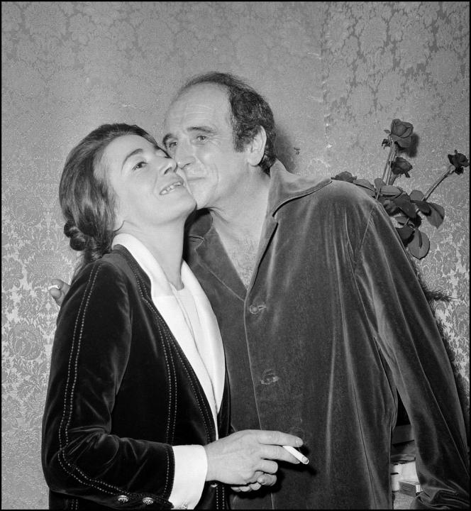 Léo Ferré embrassant sa première femme Madeleine, la mère d'Annie Butor, après un récital, dans les coulisses à Bobino, à Paris, le 21 septembre 1967. C'est avec Madeleine que le chanteur avait adopté Pépée, le singe.