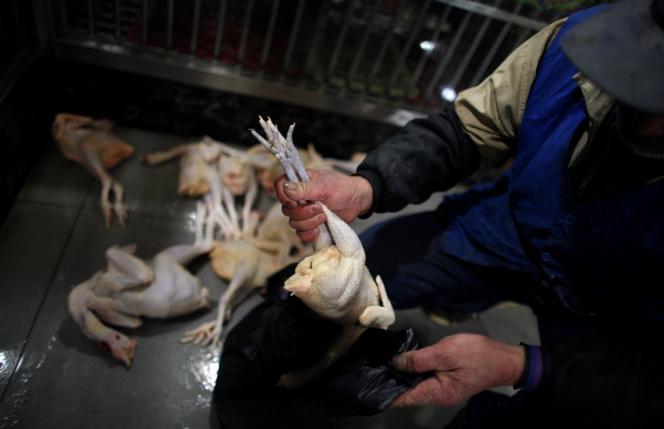 Dans le Guizhou certains mélangent une solution à base de péroxyde d'hydrogène à des pattes de poulet, une gourmandise chinoise.
