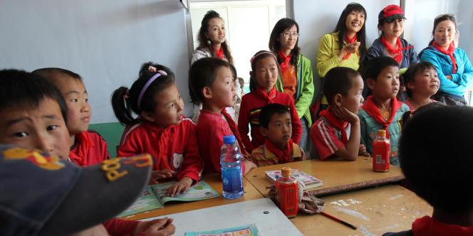 Des enfants se sont vus offrir du lait, du pain et des livres dans la province de Hebei en 2011.