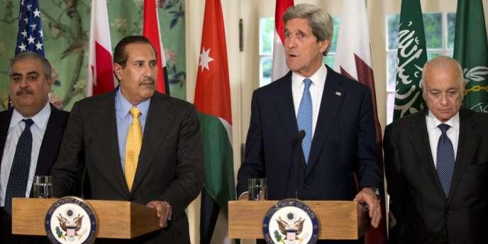Le secrétaire d'Etat américain, John Kerry, avec le premier ministre du Qatar et son ministre des affaires étrangères, Hamad bin Jassim bin Jabr Al-Thani, à Washington le 29 avril 2013.