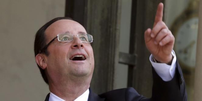 Le président François hollande, dans la cour de l'Elysée, le 29 avril. Il a accueilli le président du parlement européen Martin Schulz.