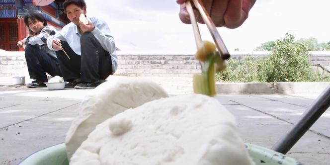 300 000 petits pains, appelés mantou, vendus dans les supermarchés à Shanghai ont vu leur composition altérée.