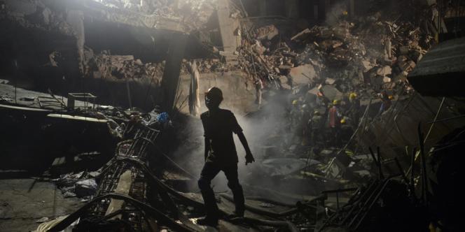 L'effondrement de l'immeuble Rana Plaza, le 24 avril à Dacca, a causé 1129 morts, et au moins 350 disparus. Les familles des victimes non identifiées peinent à obtenir réparation.
