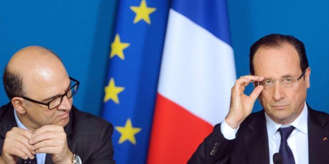 Pierre Moscovici, le ministre de l'économie, et le président de la République François Hollande.  Bruxelles et Berlin attendent des